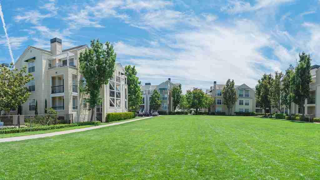 Complesso di costruzione di unità immobiliari con cortile erboso.